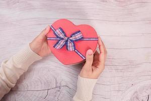 Draufsicht der Frau, die eine Geschenkbox hält foto