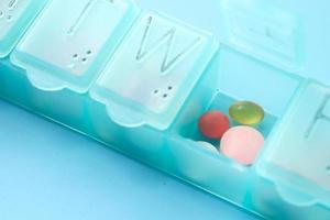 Pillen und Kapsel in einer Pillendose