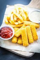 Fischstäbchen und Pommes Frites mit Ketchup und Mayonnaise-Sauce