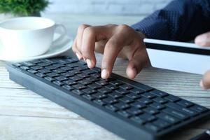 Mann, der auf einer Tastatur tippt foto