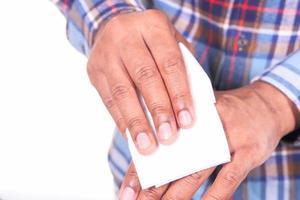 Hände mit einem feuchten Tuch desinfizieren foto