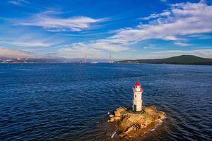 Luftseelandschaft des Tokarevsky-Leuchtturms in Wladiwostok, Russland foto