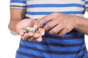 Nahaufnahme der Hand des Mannes, die Münzen zählt foto