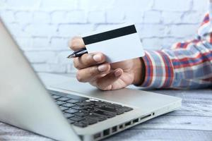 Hand hält eine Kreditkarte foto