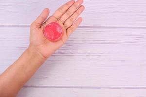 rosa Vaseline auf dem Tisch foto