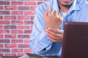 Mann mit Schmerzen am Handgelenk
