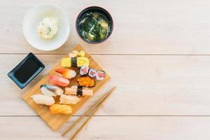 Lachs, Thunfisch, Muschel, Garnelen und andere Fleisch-Sushi-Maki foto