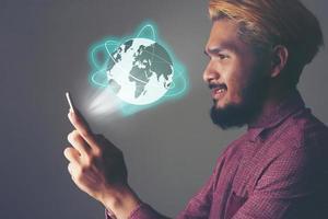 Geschäftsmann, der globales Netzwerk und Datenaustausch mit einem Mobiltelefon nutzt foto