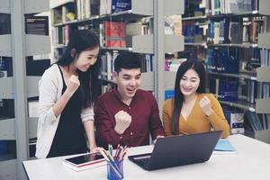 Gruppe von Studenten, die in der Schulbibliothek studieren foto