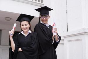 Porträt verschiedener internationaler Absolventen, die Erfolge feiern foto