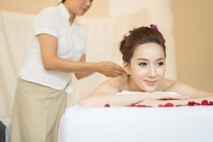 junge schöne Frau mit gesunder Massage in einem Spa-Salon foto