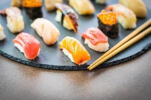 Nigiri-Sushi mit Lachs, Thunfisch, Garnelen, Garnelen, Aal, Muschel und anderem Sashimi