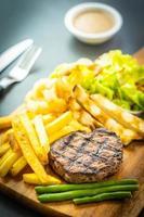 Gegrilltes Rindersteak mit Pommes Frites, Sauce und frischem Gemüse