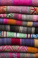 bunte traditionelle peruanische Stoffe auf dem Markt foto