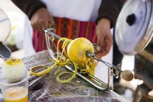 Zitrone auf der Maschine schälen