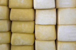 Haufen Peru-Käse auf einem Käsemarkt foto