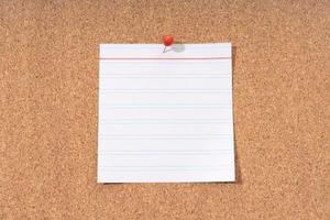 weiße leere Notiz auf einer Pinnwand zum Hinzufügen von Text und Druckstift foto