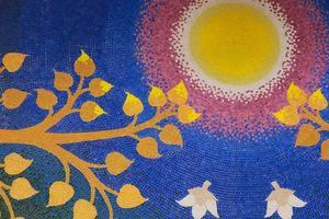 Bodhi-Blatt mit der Sonne auf Keramikfliesen des blauen Himmels foto