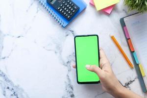 Draufsicht eines Telefons auf einer Tischplatte foto