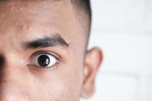 Nahaufnahme des Auges eines Mannes foto