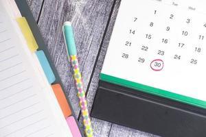 Fristkonzept mit roter Markierung am Kalendertag foto