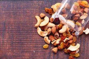 gemischte Nüsse auf Holzhintergrund