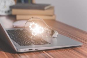 die Zahnradsymbol-Glühbirne am Computer foto