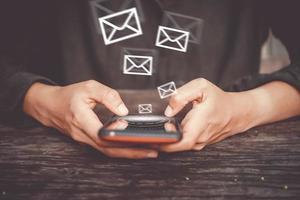 Frau, die ein Smartphone mit Technologie-Symbolen im Hintergrund verwendet foto