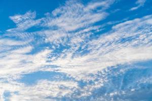 Kopieren Sie den Raum des sommerlichen blauen Himmels und des weißen Wolkenhintergrunds foto