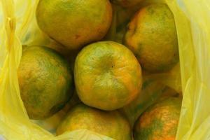 Orangen in einer Einkaufstasche foto