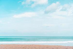tropischer Strand und weißer Sand im Sommerhintergrund foto