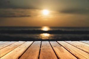 selektiver Fokus des alten Holztisches mit schönem Strandhintergrund foto