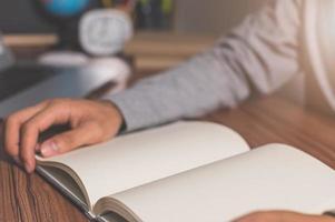 Mensch liest ein Buch, um das Wissen zu erweitern foto
