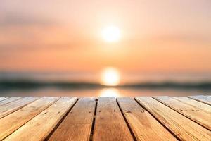 selektiver Fokus des alten Holztisches mit schönem Strandhintergrund für Anzeige foto