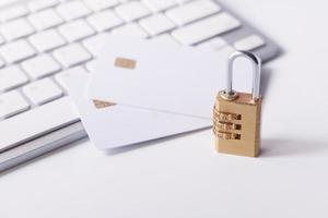 Vorhängeschloss und Kreditkarte mit Tastatur foto