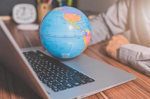 Verwenden Sie einen Computer, um Geld zu verdienen und weltweit zu kommunizieren foto
