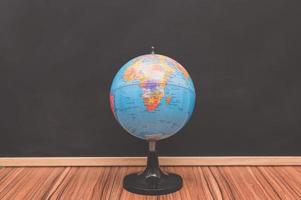 kleine Weltkugel auf Tafelhintergrund