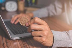 Verwenden eines Computers, um online Geld zu verdienen foto