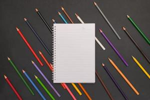 Zurück zum Schulheft und Schreibwarenhintergrund foto