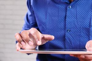 Mann, der digitales Tablett berührt