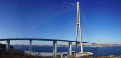 Panorama der russischen Brücke gegen einen klaren blauen Himmel in Wladiwostok, Russland foto