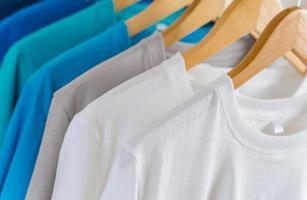 Nahaufnahme von T-Shirts auf Kleiderbügeln, Bekleidungshintergrund