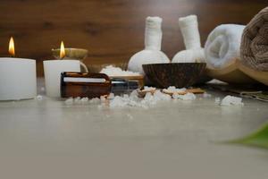 Zusammensetzung der Spa-Behandlung auf Holztisch foto