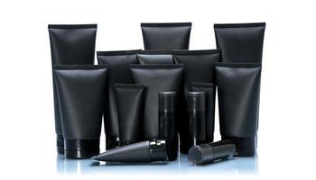 schwarzes Kosmetikrohr-Modellpaket gesetzt auf weißem Hintergrund foto