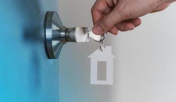 offene Tür zu Hause mit Schlüssel im Schlüsselloch, neues Wohnkonzept