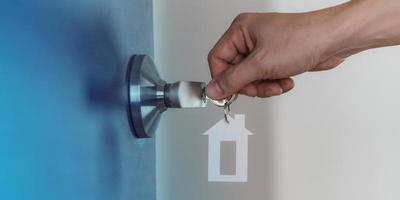 offene Tür zu Hause mit Schlüssel im Schlüsselloch, neues Wohnkonzept foto