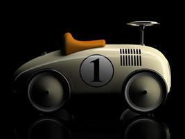 beige Retro Spielzeugauto mit einer Nummer eins lokalisiert auf einem schwarzen Hintergrund