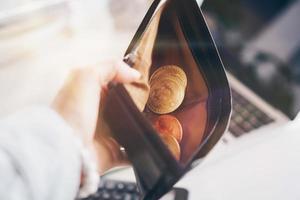 Bitcoin-Münzsymbol des digitalen Geldes der Kryptowährung. Geld für die Zukunft in Lederbrieftasche. Wertspeicher oder Geld sparen in Bitcoin. foto
