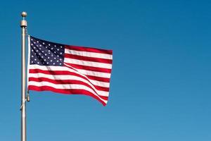 amerikanische Flagge, die im Wind weht foto