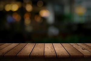 Tabelle mit verschwommenem Hintergrund foto
